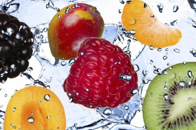 Фартук для кухни из МДФ Фрукты в воде 1  610 х 2440 х 3,0 мм